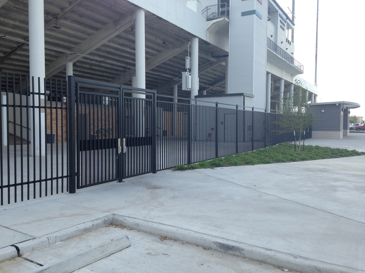 Chain Link Fence Is And Inexpensive Way To Secure Or Contain A Project. It  Comes In Galvanized, Aluminized And Vinyl Coated Mesh And Framework.